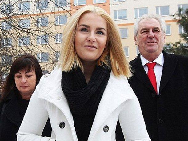 Praga: Hija del presidente checo fue descubierta en una orgía con actores porno