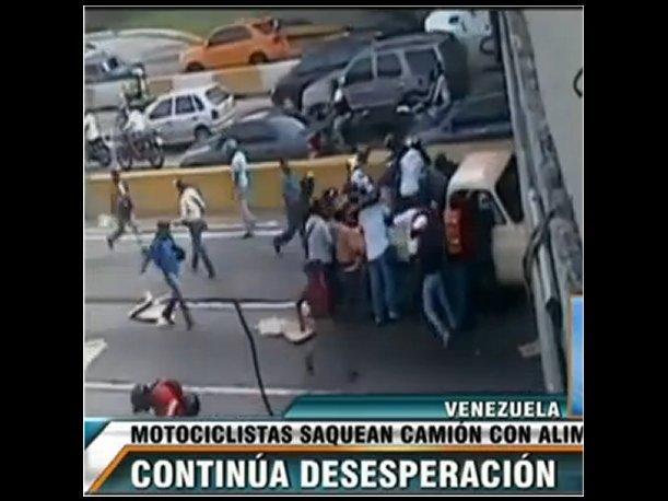 Venezuela: Motociclistas saquearon un camión de comida mientras chofer agonizaba