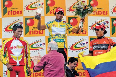 Salvador Moreno en el podio final. También aparecen Óscar Soliz (izq.), el segundo, y Jhon Martínez (der.), tercero.