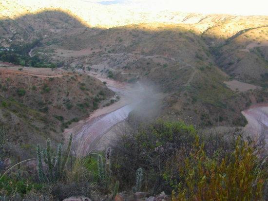 ACCIDENTE. En la ruta a Cachimayu una vagoneta se embarrancó por la inexperiencia del conductor.