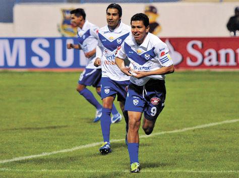 Goleador. Saucedo (der.) festeja una de sus conquistas para San José.