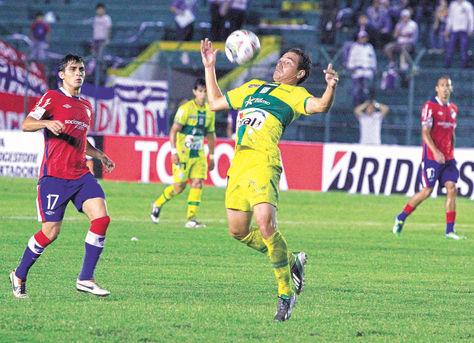 Regreso. El mediocampista Gualberto Mojica domina el balón en el partido de Oriente contra Nacional.