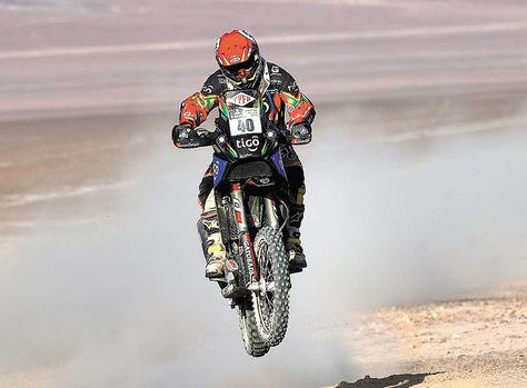 Salto. El piloto Juan Carlos Salvatierra se eleva con su moto en su sector de arena de la etapa de ayer.