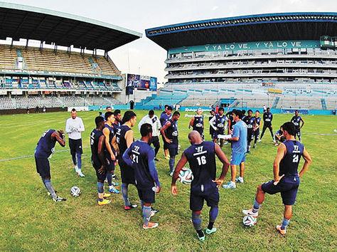 Los jugadores del Emelec durante una práctica en el estadio Capwell en Guayaquil, junto a Gustavo Quinteros. Foto. Rodrigo Figueroa