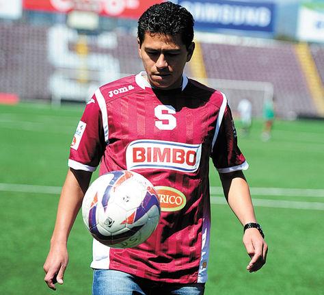 Presentación. Saucedo hace juego con el balón en el estadio del Saprissa.