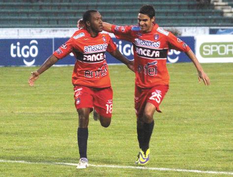 Capitalinos. Pinedo (izq.) y Palavicini, jugadores de la 'U', festejan la victoria del sábado ante Blooming. Foto: AFKA