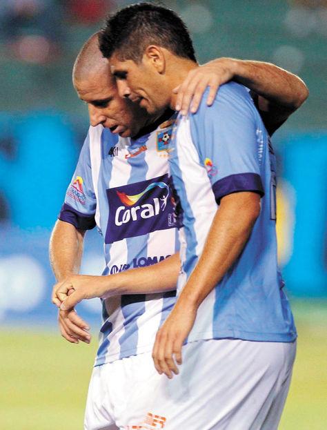 Serenos. Sergio Almirón (izq.) abraza a un compañero suyo. Foto: AFKA