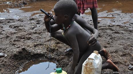 Niño toma agua con filtro