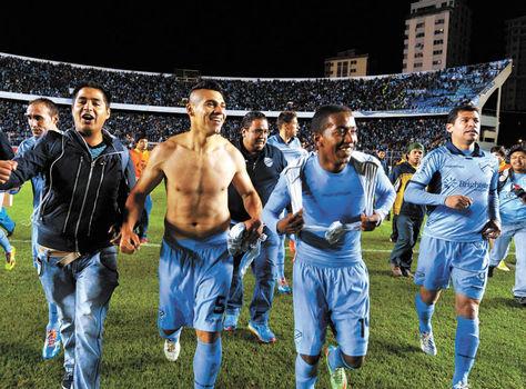 Emocionados. Gutiérrez, Arrascaita, Álvarez y el resto de sus compañeros se dirigen a saludar a la Norte.
