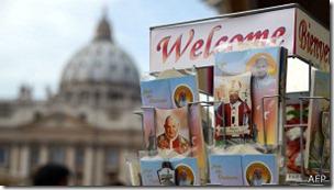 Juan Pablo II sigue siendo uno de los íconos más populares en los souvenirs vaticanos.