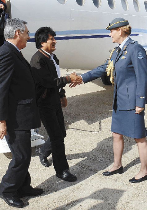 MisionMorales-Rodriguez-recibe-oficial-holandesa_LRZIMA20140415_0040_12[1]