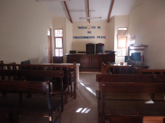 AUDIENCIA. El juicio oral se desarrolla en el salón de la parroquia de Padilla y no en este tribunal que quedó muy chico (foto).