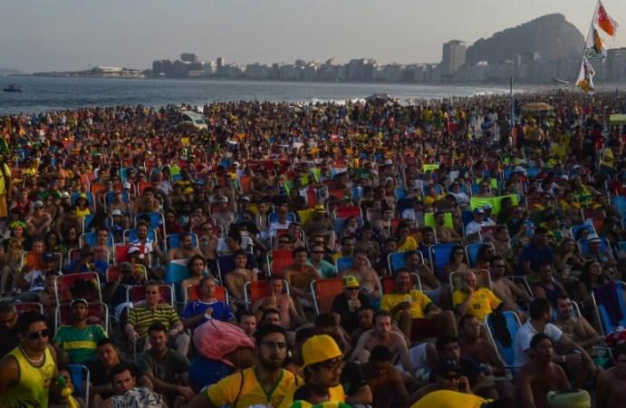 Fanáticos miran una transmisión en vivo del grupo 2014 de la Copa Mundial de la FIFA Un partido de fútbol entre Brasil y México, cerca de la zona FanFest en la playa de Copacabana