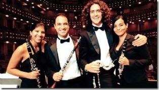 Barrientos junto a miembros de la Orquesta de Miami