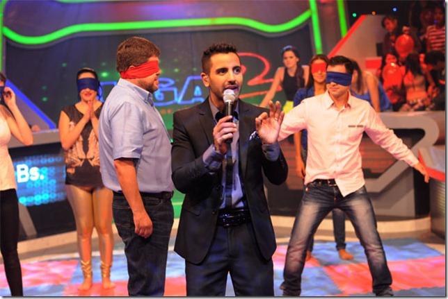 El candidato junto al presentador Carlos Rocabado