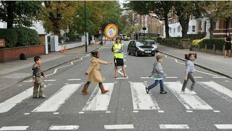 Niños imitando la portada de Abby Road
