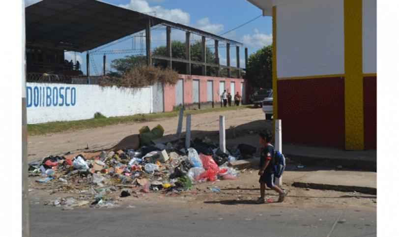 A diario las personas desechan sus basuras en cualquier parte de la calle, afeando la ciudad.