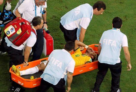 Neymar, delantero brasileño, salió lesionado del partido en contra de Colombia
