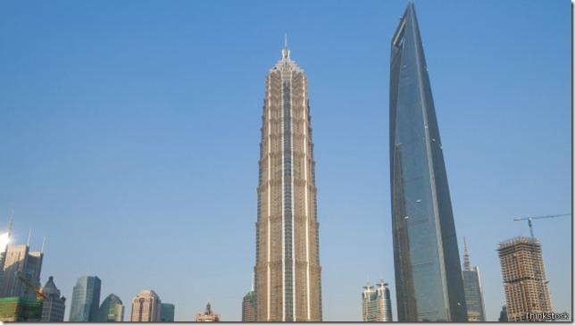 La consideración del viento y la amplitud de la base son elementos fundamentales en el diseño de rascacielos.