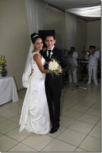 La flamante novia Claudia Campos y su esposo.