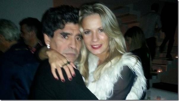 Maradona-abrazado-carinosamente-Eva-Facebook_CLAIMA20140722_0197_30
