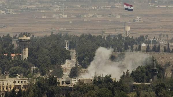 Humo surge de un poblado sirio bombardeado, cerca de la frontera con Israel. La guerra en Siria dejó a más de 3 millones como refugiados. (AP)