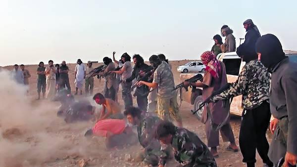 Locura. Una de las imágenes distribuidas por el ISIS sobre la ejecución de soldados sirios en la provincia de Raqqa. También dieron a conocer un video en el que muestran la matanza./AP