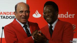 Emilio Botín (der.) con Pelé en 2008