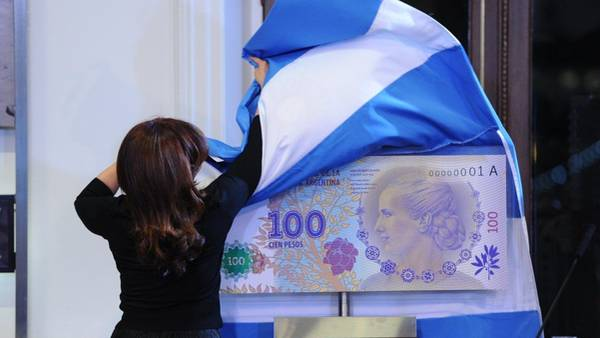 Cristina Kirchner presenta el billete de Evita. (Néstor Sieira)