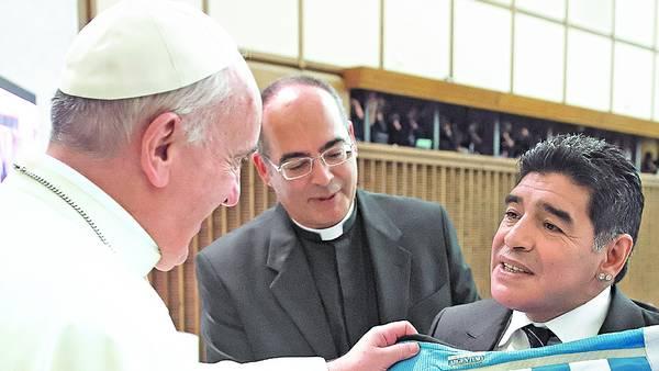 """Dedicada. """"Para Francisquito"""", decía la camiseta que Maradona le regaló al Papa. /L'OSSERVATORE ROMANO"""