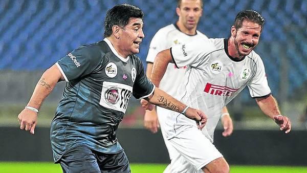Crack sin tiempo. Maradona, marcado por Diego Simeone. / VÍCTOR SOKOLOWICZ