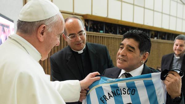 Maradona y su encuentro con Francisco. (AP)