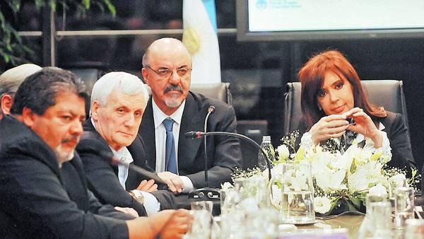 Activa. La Presidenta anoche con los gremialistas Gerardo Martínez y Antonio Caló y el ministro Tomada al anunciar la suba del salario mínimo./TELAM