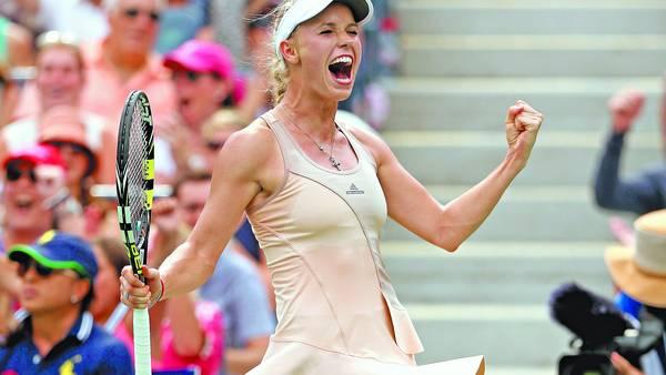 Sonrisa. Además de recuperar su juego, Caroline Wozniacki volvió a mostrarse alegre en una cancha.  / AFP