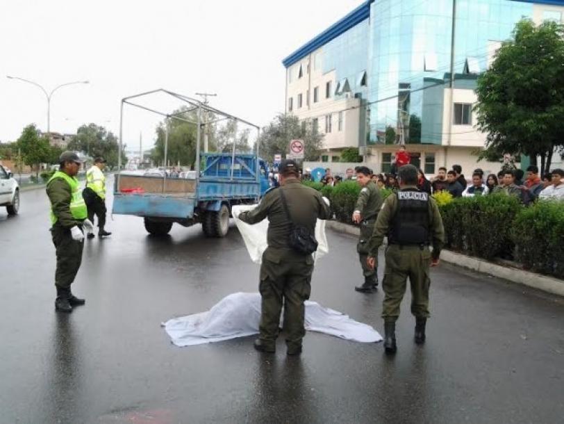 Efectivos policiales llegan al lugar del accidente en la avenida Melchor Pérez.