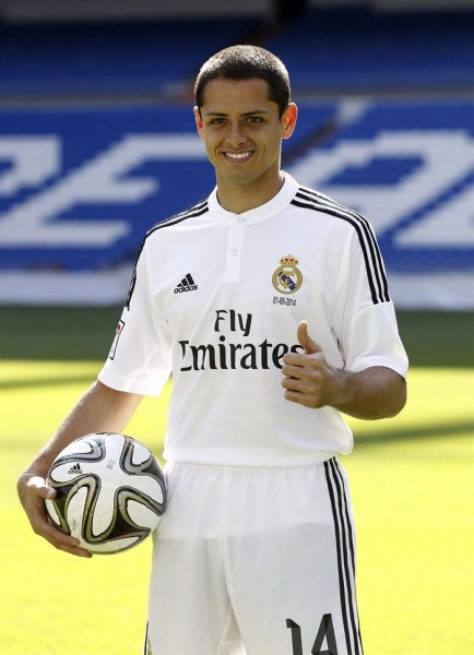 El delantero mexicano Javier 'Chicharito' Hernández, posa durante su presentación como nuevo jugador del Real Madrid. EFE
