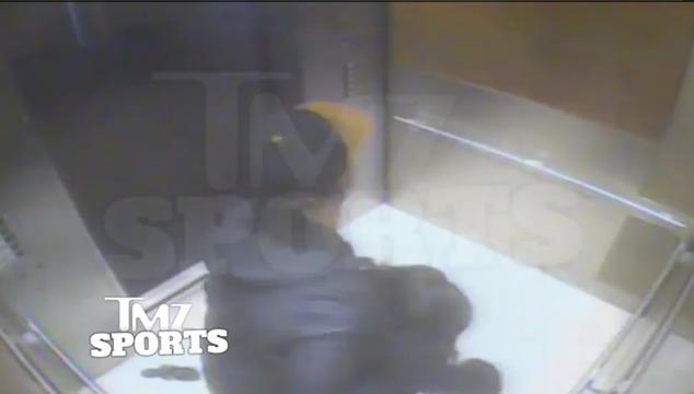 imagen Captan en video a un jugador de la NFL cayéndole a golpes a su esposa en un ascensor (VIDEO)