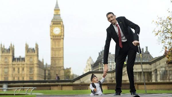 El nepalí Chandra Bahadur Dangi, el hombre más bajo del mundo, y el turco Sultan Kosen, el más alto, posan juntos con motivo del Día Mundial del Record Guinness. (AFP)