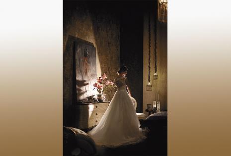 El estilo princesa siempre vigente. Dentro de esta tendencia, que no pasa de moda, te presentamos este vestido con aplicaciones de encaje y transparencias en la parte superior y en el faldón. El escote sobrio en la espalda es un detalle romántico indiscut