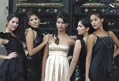 La mayoría de los trajes que usan sus alumnas en las fotos son creados por el tarijeño, que adora los vestidos sexys