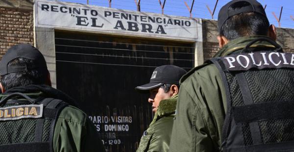 Una festividad dentro del recinto carcelario cobró la vida de internos e involucró a varias autoridades.