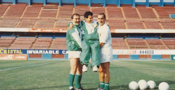 Amigos. Xabier Azkargorta (izq) y Antonio López formaban parte del cuerpo técnico de la selección que clasificó al Mundial de Estados Unidos de 1994. En la gráfica se observa a un sonriente Óscar Rodríguez a quién el dúo de españoles estimaba mucho