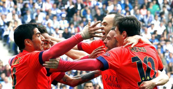 Las estrellas del Barcelona celebran tras vencer al Espanyol. Los catalanes acecha al líder Real Madrid.