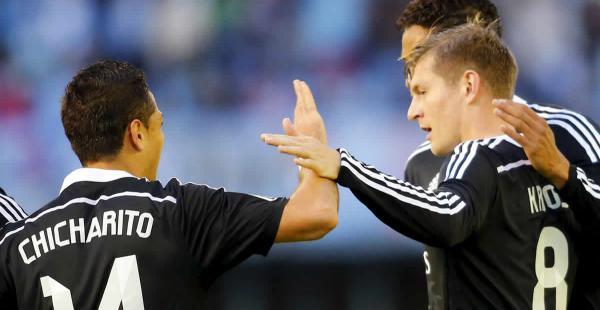 Toni Kroos del Real Madrid (dcha) celebra su gol ante el Celta de Vigo, con su compañero de equipo Javier 'Chicharito' Hernández (izq)