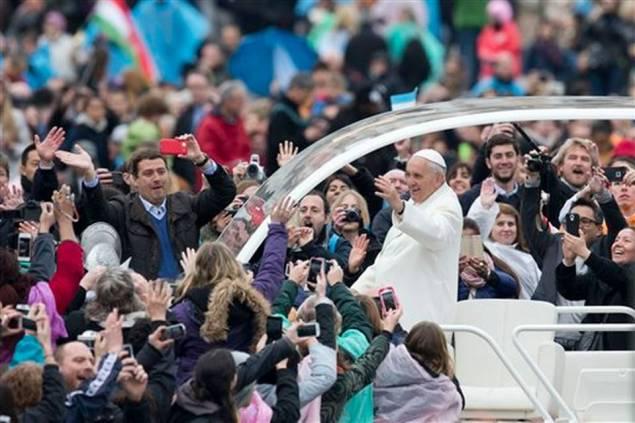 Papa Francisco parte de la Plaza de San Pedro después de la misa del Domingo de Pascua, domingo 5 de abril de 2015.