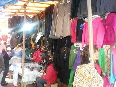 La gente aprovecha los precios bajos en ropa de invierno