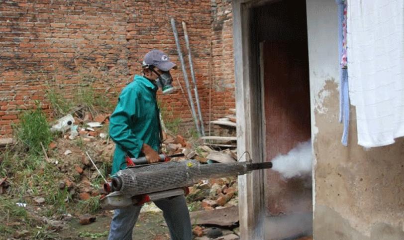 TRABAJO. El Sedes llegó hasta el municipio de Paurito para hacer el trabajo de limpieza y fumigación ante los supuestos casos sospechosos.