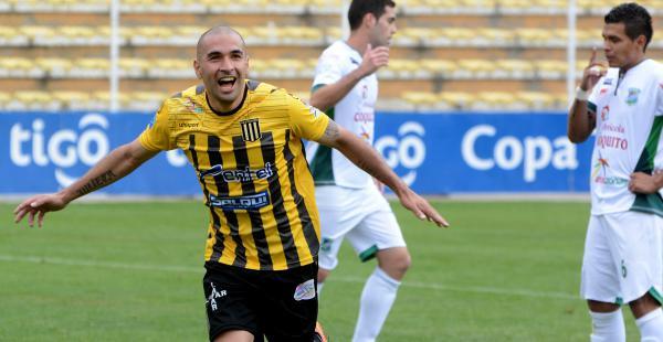 Cristaldo celebra uno de sus dos goles que anotó la tarde del domingo a Petrolero del Chaco. Es uno de los goleadores del conjunto atigrado