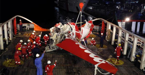 Buzos indonesios hallaron en el fondo del mar de Java las cajas negras del avión de AirAsia, estrellado con 162 personas a bordo el pasado 28 de diciembre