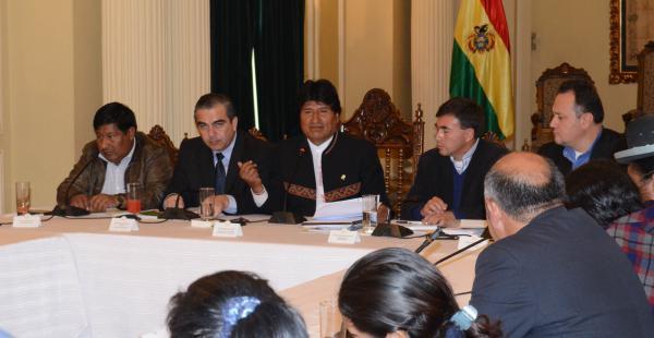 Las 24 autoridades asistieron a la primera sesión convocada por el presidente Evo Morales.